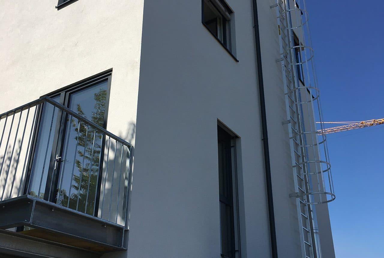 Wohnhausanlage mit Balkon