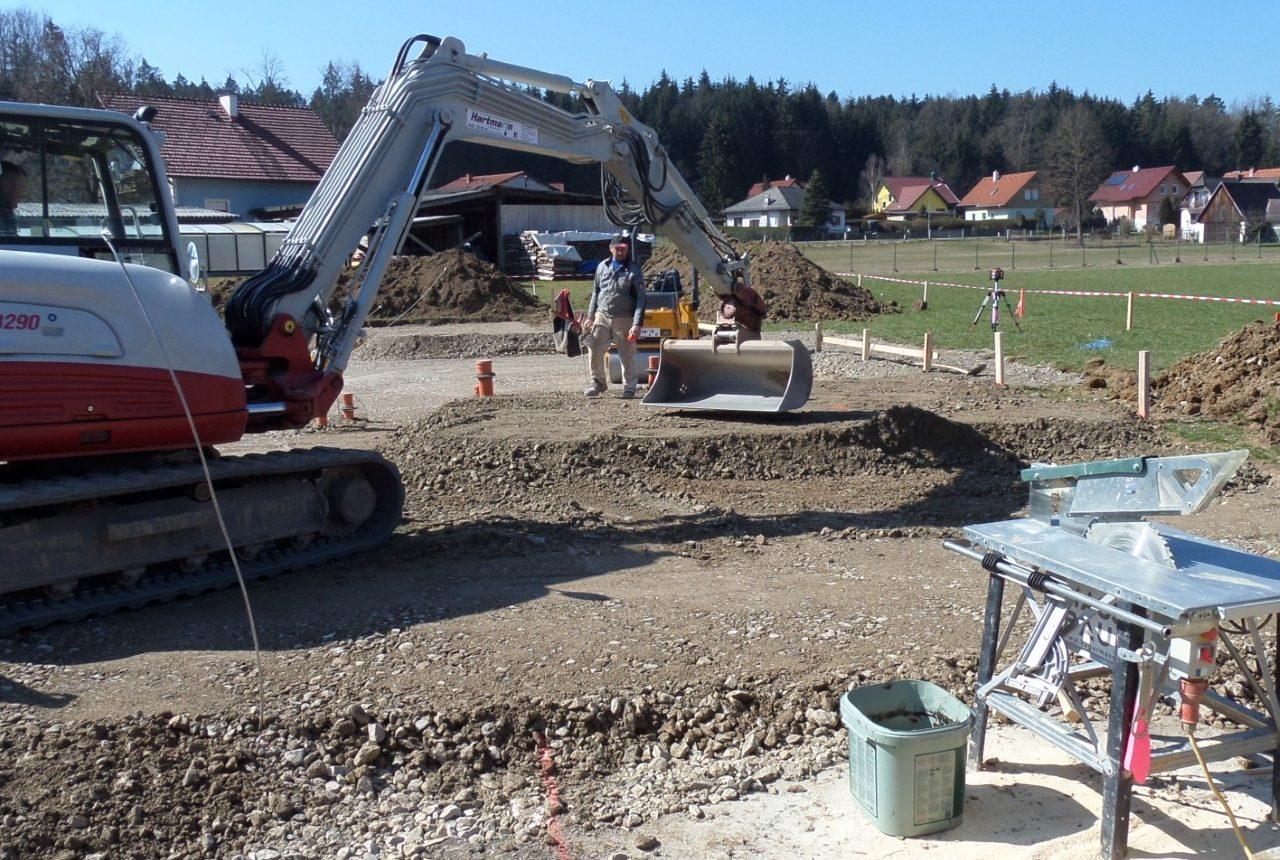 Bagger beim Bau vom Einfamilienhaus von Kager Bau
