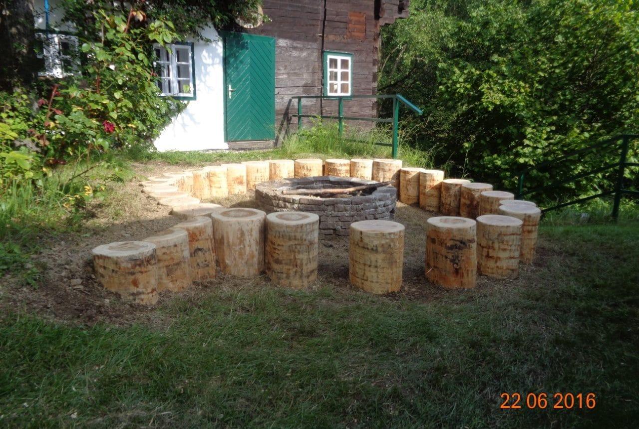 Feuerstelle für Lagerfeuer mit Baumstumpf und Ziegeln, gemütliche Feuerstelle
