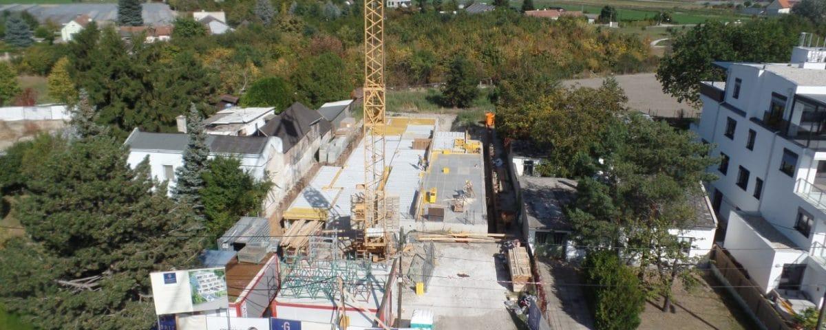 Neubau von Wohnhausanlage mit großem Kran in Wien von Kager Bau