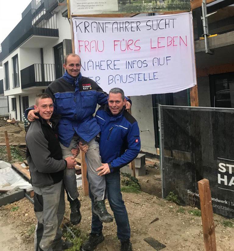 Auf der Suche nach der Richtigen: Unser Kranfahrer Wolfgang mit Kollegen